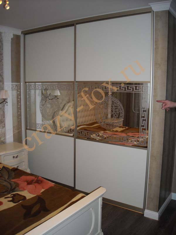 Встроенный шкаф купе с комбинированными дверями, с пескоструйным рисунком на зеркале